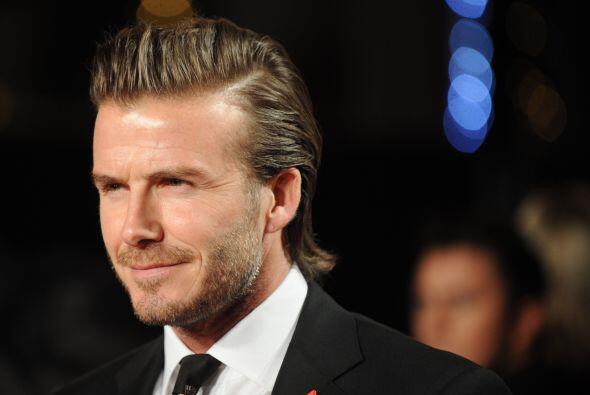 David Beckham, con su impecable traje negro, sigue siendo uno de los dep...