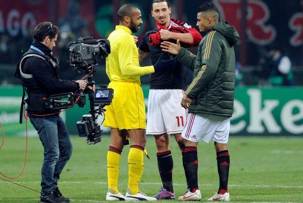 Varios futbolistas del equipo rival se acercaron para felicitarlo y dese...