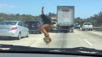 """Un """"skater"""" hace acrobacias entre el tráfico en una autopista de California"""