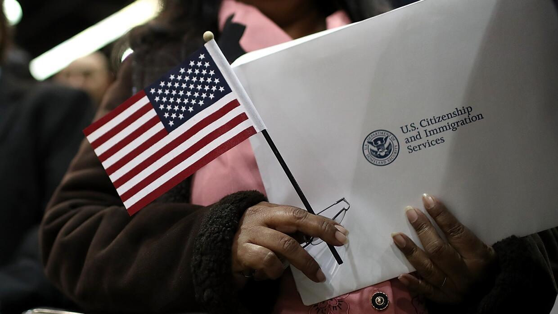 Falla en programa en oficinas de inmigración causó un retraso en miles d...
