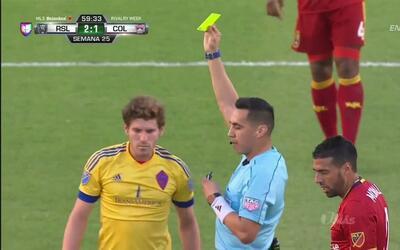 Tarjeta amarilla. El árbitro amonesta a Dillon Powers de Colorado Rapids