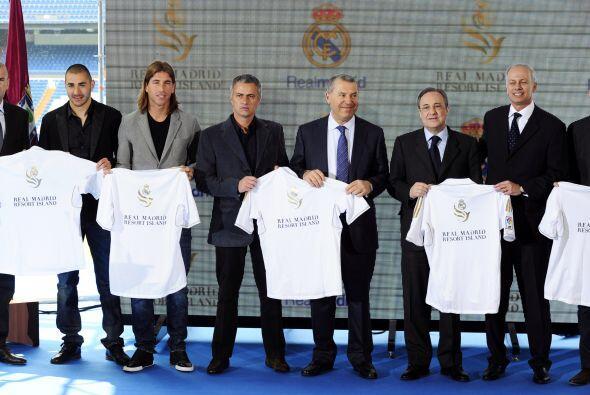 El multitudinario acto tuvo lugar en el palco de honor del estadio Santi...