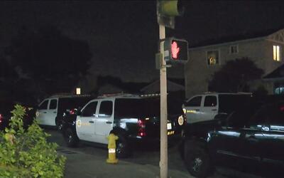 Hombre atrincherado por más de seis horas tiene en alerta a policía y co...