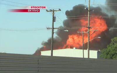 Incendio en bodega de Stockton alarma a residentes