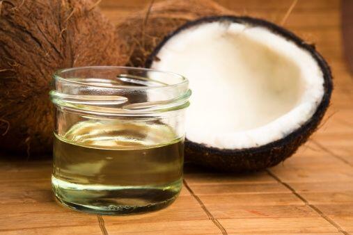 El de coco es uno de los mejores que puedes usar en tu cabello. Si tu me...