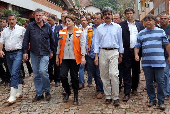 La presidenta Dilma Rousseff visitó las zonas afectadas, conmovida por l...