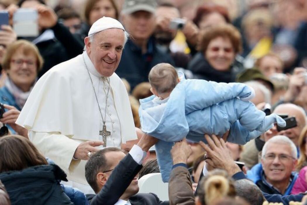 Y hay ocasiones que entre la multitud, los recién nacidos son acercados...