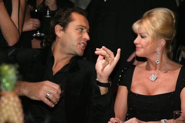 """¡Mesero! Tráigame tres botellas de champaña y dos libras de caviar. ¡Mi..."