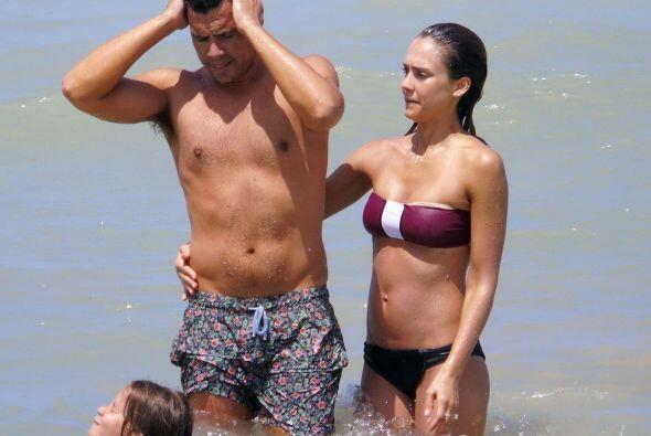 Ella tiene un cuerpazo y él... debería ponerse a dieta.