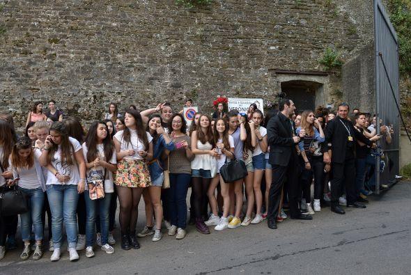 Cientos de fans se dieron cita con esperanza de ver al matrimonio.