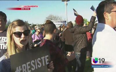 Manifestantes alzan la voz a las afueras del Foro de Inmigración en Sacr...
