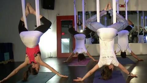 Ponte en forma volando en el aire con estas posturas de yoga aéreo