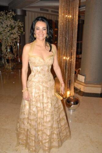 Rebeca, esposa de Pedro, lució bellísima en ese vestido dorado.