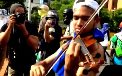 Violinista que toca en las protestas de Venezuela denuncia que la Guardi...