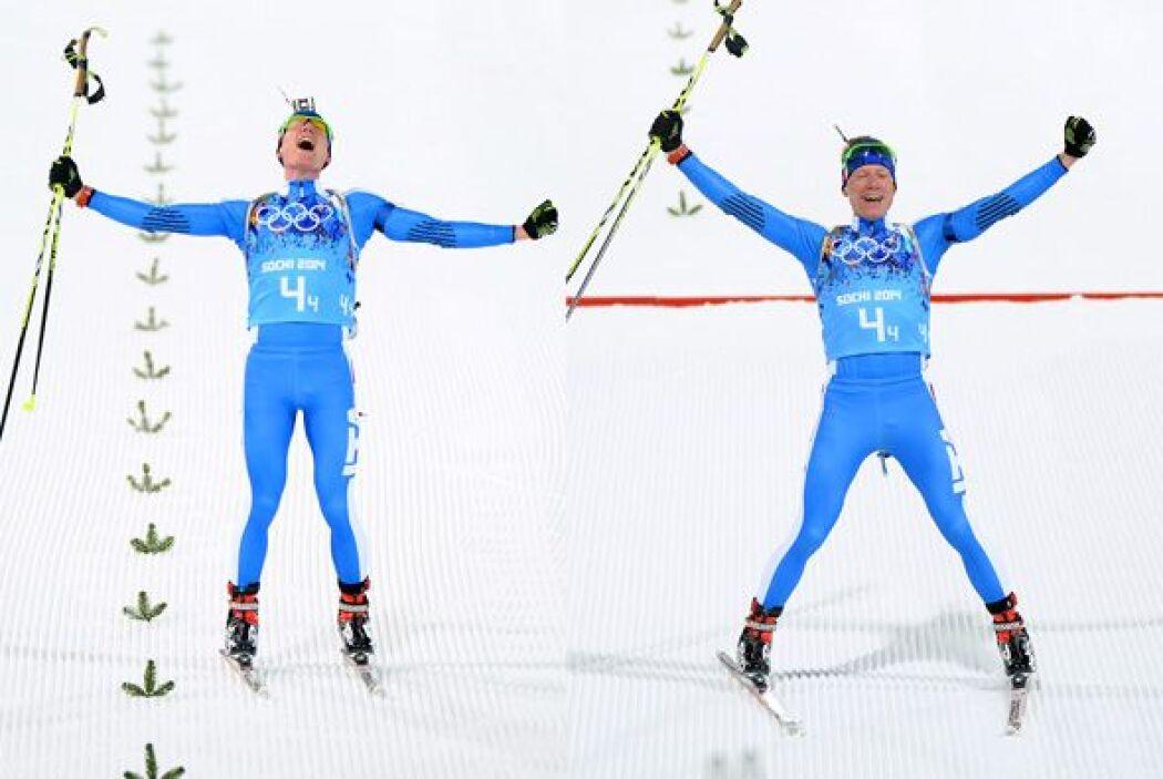 Lukas Hofer de Italia celebra que ganó bronce en la prueba de relevos mi...