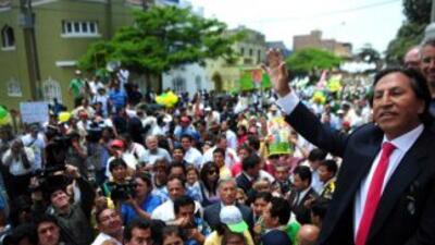 El ex presidente peruano Alejandro Toledo saluda a sus seguidores a su l...