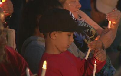 Cientos de personas se reunieron para una vigilia por los inocentes fall...