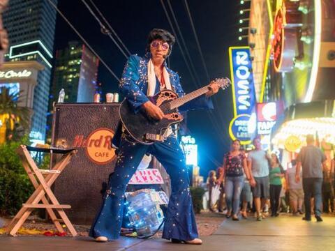 Empecemos nuestra vuelta por el mundo con... ¿Elvis? Bueno, es un imitad...