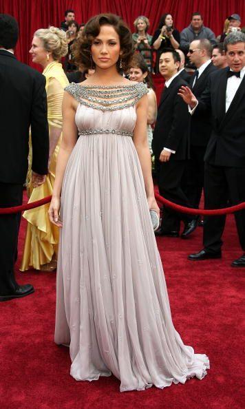 Los detalles en joya del vestido Marchesa de Jennifer Lopez fue algo úni...