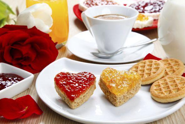 Desayuno temático. Consiente a tu pareja con un desayuno a puro amor. Si...