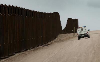 Un vehículo de la Patrulla Fronteriza bordea el muro en Nogales,...