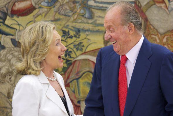 Juan Carlos recibe a la entonces secretaria de Estado, Hillary Clinton,...