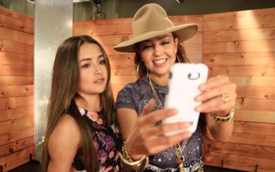Thalía y Rubí Ibarra tomándose la selfie de la post...