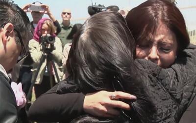 Conmovedores minutos en que inmigrantes indocumentados logran abrazar a...