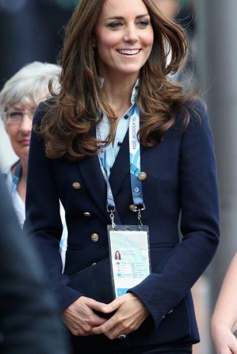 Kate lució impecable con su saco azul marino.