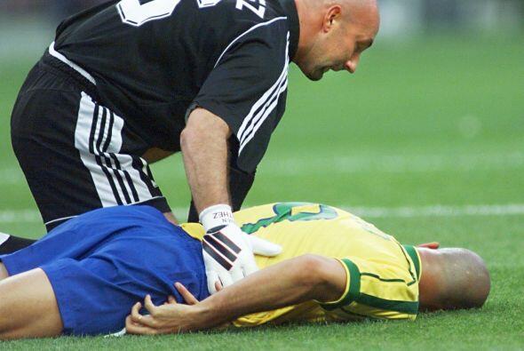 El portero de Francia Fabián Barthez socorriendo a Ronaldo, a pes...