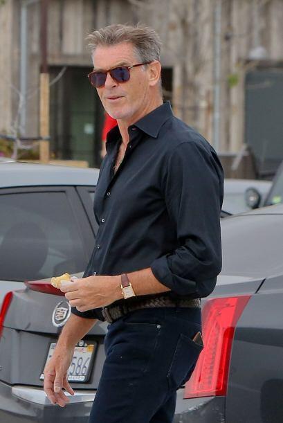 Esta semana Pierce Brosnan se gana una palomita con un outfit muy casual...