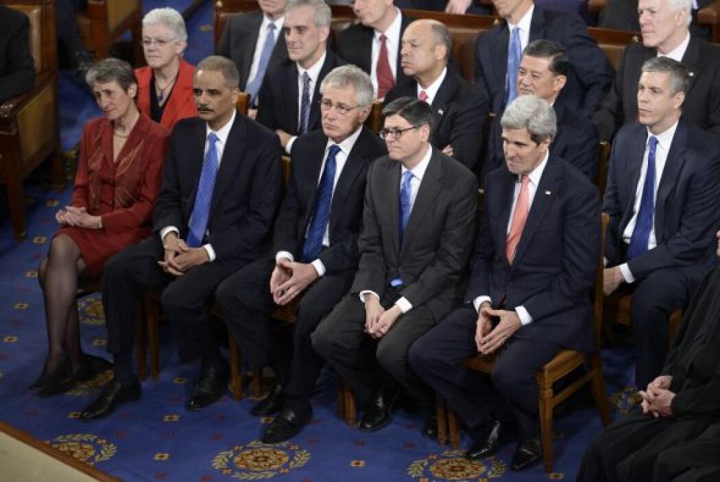 En contraste con los miembros del gabinete presidencial que lucen concen...