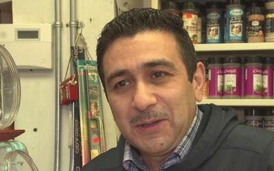Este hombre conserva su tienda de abarrotes en Englewood por amor a su c...