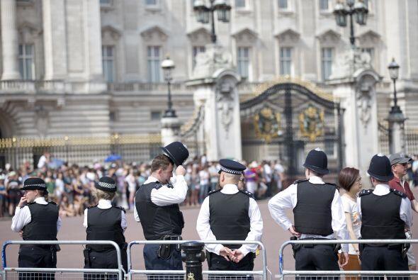 Guardias custodiando el Palacio. Mira aquí más videos de Chismes.