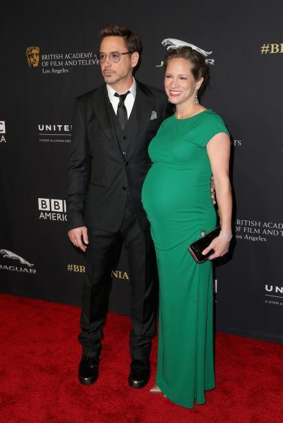 Robert Downey Jr con una actitud muy sexy, y su esposa Susan Downey, a p...