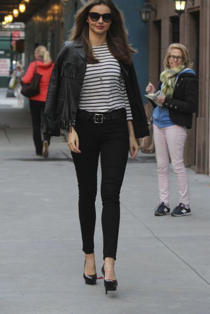 ¿Qué necesitas? Muy simple, un pantalón negro básico, una blusa con esta...