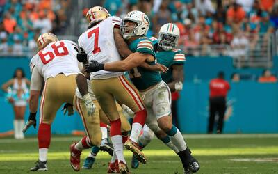Jake Long no está ayudando a Ryan Tannehill y los Dolphins GettyImages-6...