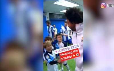 Estos niños saludaron con total desenfado a los jugadores del Real Madri...