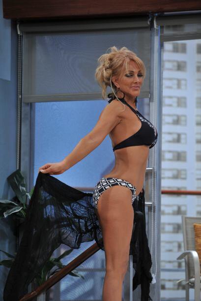Primero, Olivia posó con un pequeño bikini negro y blanco.