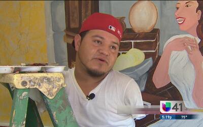 Rodrigo no necesita manos para pintar, porque lo hace con el corazón