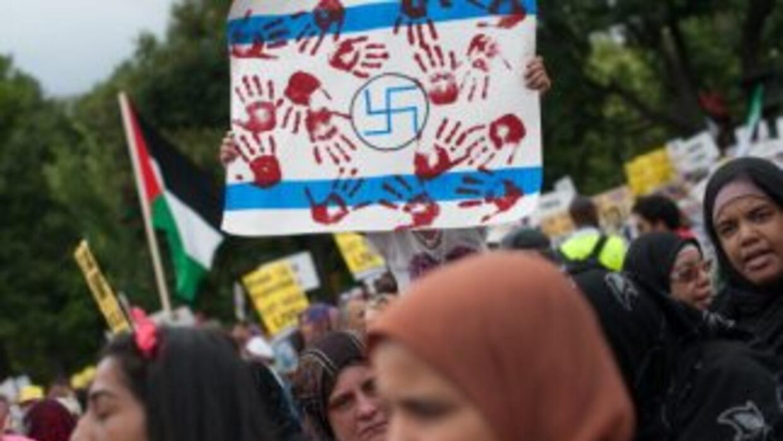 Manifestantes se reunieron cerca de la Casa Blanca para mostrar su apoyo...
