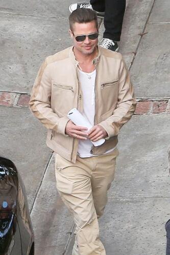 Brad Pitt junto a su auto. Mira aquí los videos más chismosos.