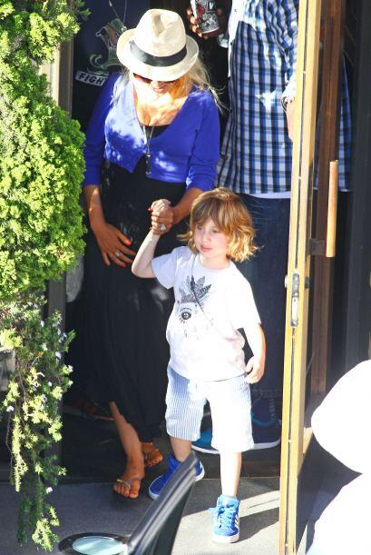 Salió a pasear con su pequeño Max, de seis años. Mi...