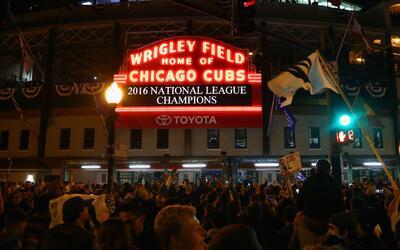Los Chicago Cubs izaron el banderín de la Serie Mundial 2016 en Wrigley...