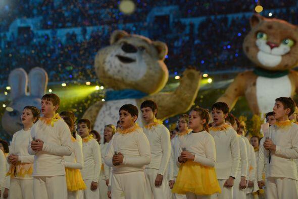 El fuego olímpico fue apagado por las tres mascotas gigantes.