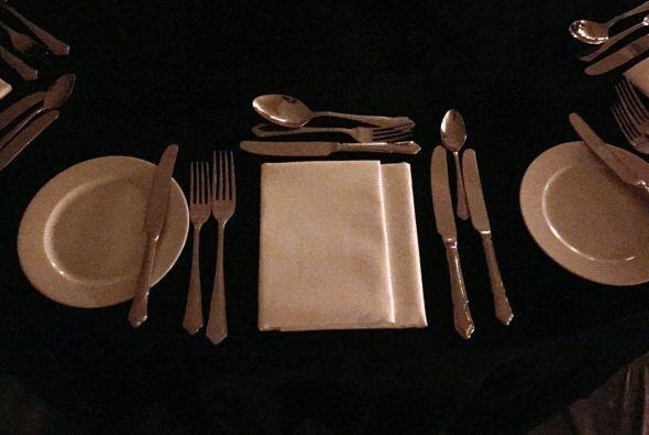 Detalle de los cubiertos y platos en cada mesa.