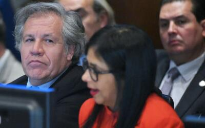 Luis Almagro, secretario general de la OEA, junto a Delcy Rodrígu...