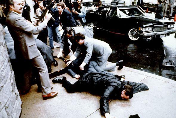 Hinckley disparó, lesionando en la cabeza al secretario de Prensa de la...