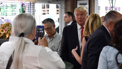 En un minuto: Donald Trump visitó el emblemático Café Versailles en Miami