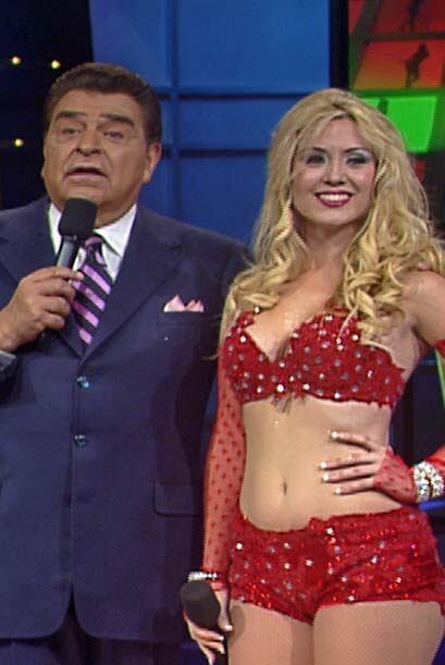 Ella es Olga Lidia. Una bella rubia que canta y baila con ilusiones de s...